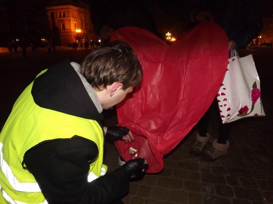 Тернополяни запалили свічки у небі – запуск ліхтариків на Театральному майдані (фото, відео), фото-10