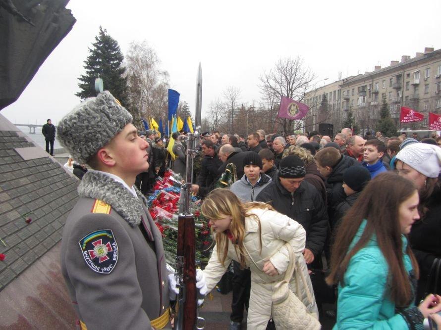 На набережную Днепропетровска вывели солдат и бронетехнику (ФОТОРЕПОРТАЖ), фото-1