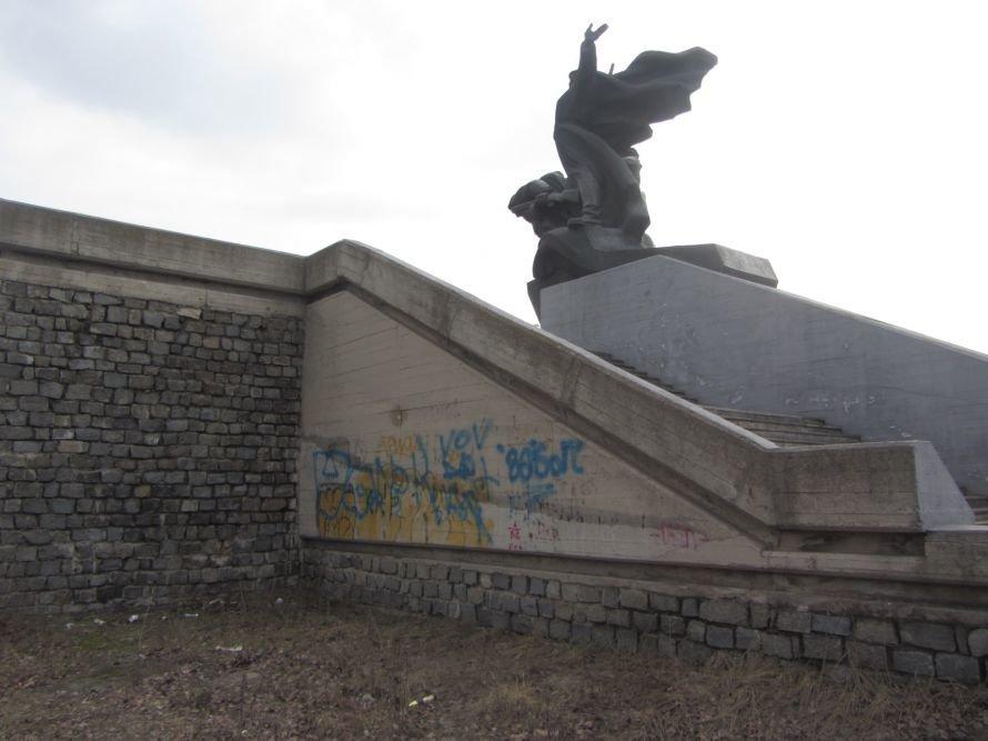 Под памятником воинам-освободителям в Днепропетровске «благодарные потомки» устроили свалку (ФОТОРЕПОРТАЖ), фото-2