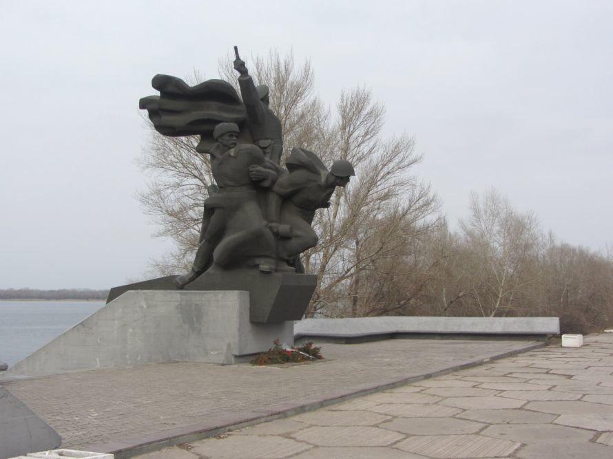 Под памятником воинам-освободителям в Днепропетровске «благодарные потомки» устроили свалку (ФОТОРЕПОРТАЖ), фото-1