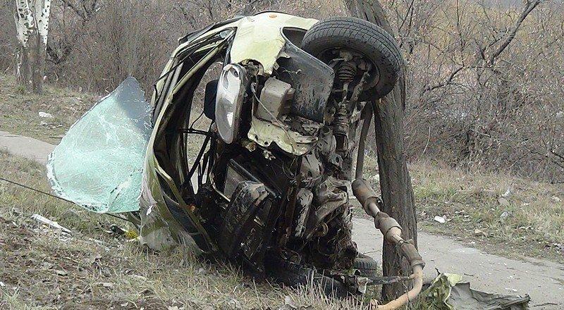 Мариупольский таксист, протаранивший 3 дерева, переломал ключицу, плечо и бедро (ФОТО), фото-1