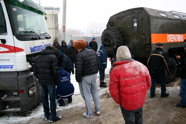 У Тернополі на вул. Гайовій декілька вантажівок перекрили дорогу (фото), фото-1