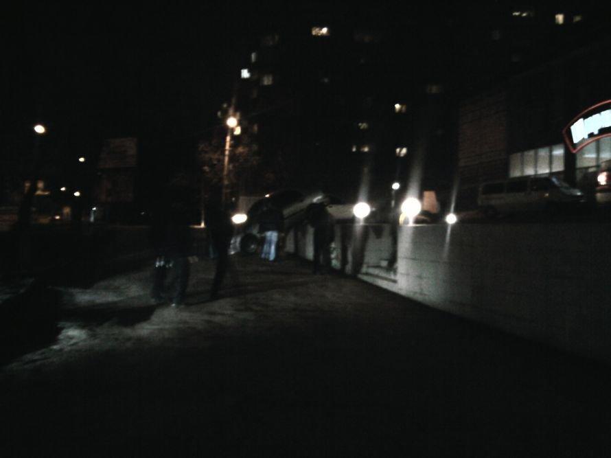 В Мариуполе автомобилист неаккуратно припарковался на бетонном ограждении (ФОТО), фото-1