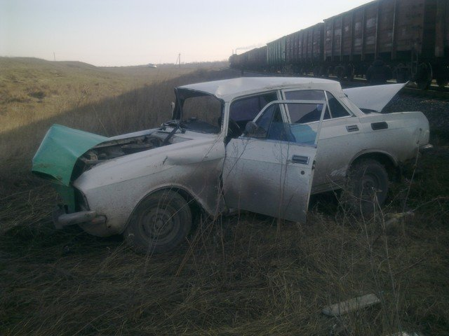 В Донецке тепловоз снес «Москвич», водитель остался жив, фото-1