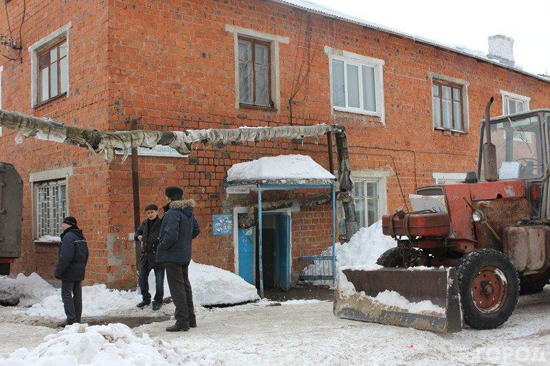 В Чебоксарах трактор снес трубу, залил подъезд кипятком и скрылся (ФОТО), фото-1