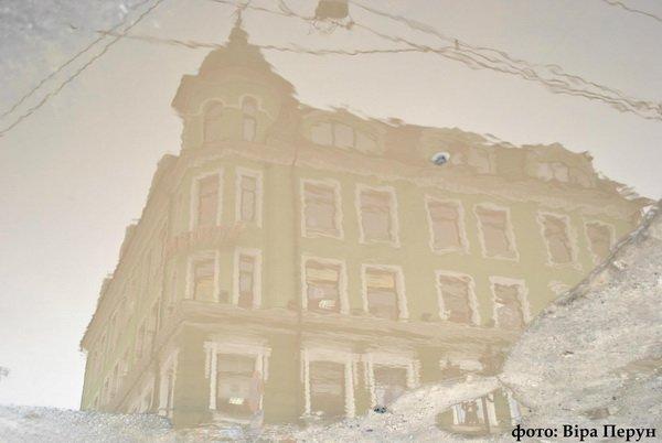 Тернопільська журналістка продовжує шукати позитив у калюжах на тротуарах та дорогах міста (фото), фото-1