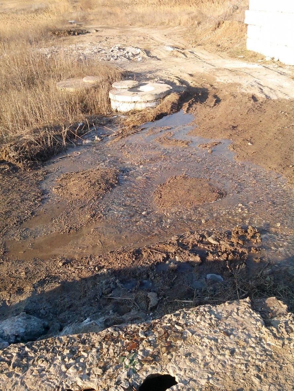 В Мариуполе вода утекает - никто не знает  (Фотофакт), фото-1