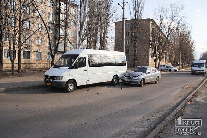 Очередной маршрутчик в Кривом Роге попал в ДТП из-за 3-х грн., стоящих на дороге (ФОТО ОБНОВЛЕНО), фото-1