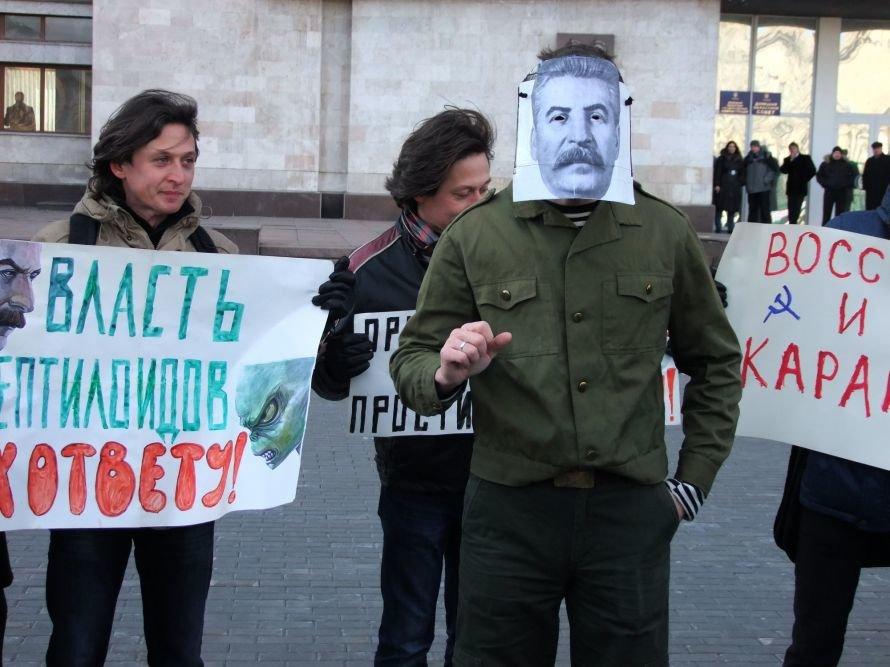 В Донецке «воскресший» Сталин пил «кровь» бандеровцев (фото), фото-2
