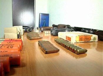 Житель Макеевки хранил дома пять пистолетов, помповое ружье и триста патронов, фото-2