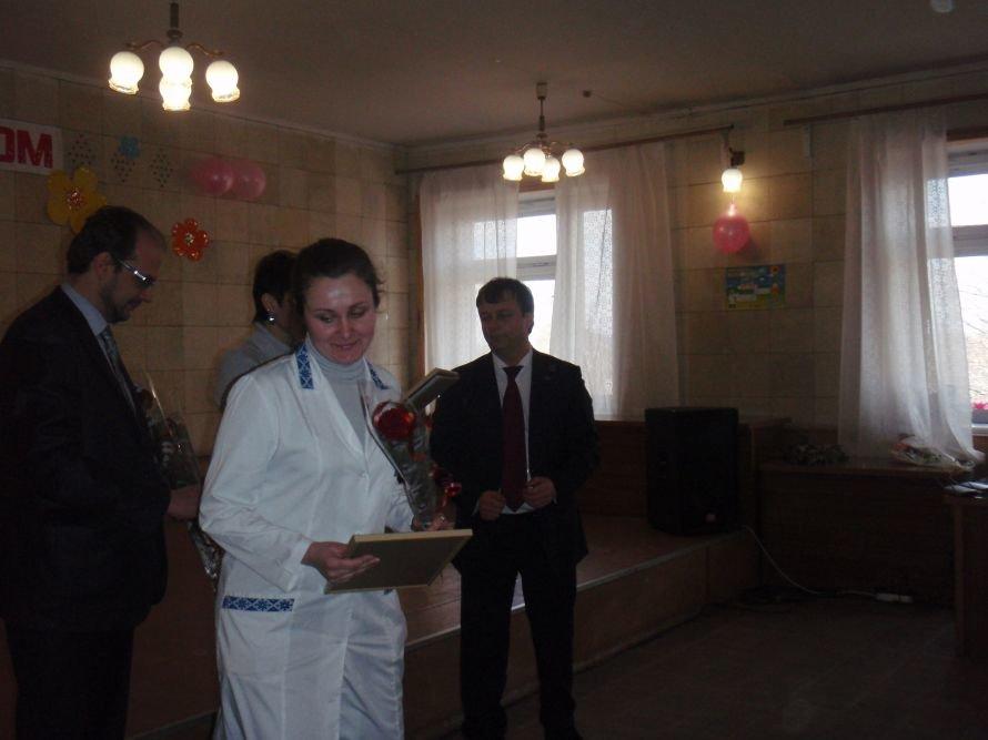 В Димитрове поздравили женщин в белых халатах, фото-1