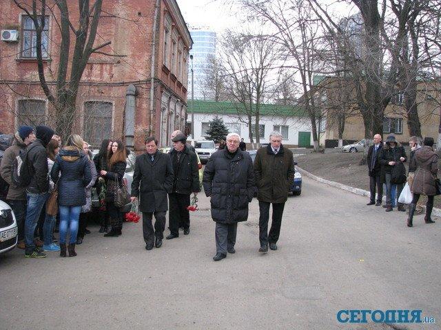 С погибшим под колесами авто студентом пришли попрощаться более 200 человек (ФОТО), фото-1