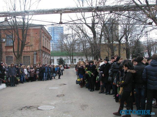 С погибшим под колесами авто студентом пришли попрощаться более 200 человек (ФОТО), фото-2