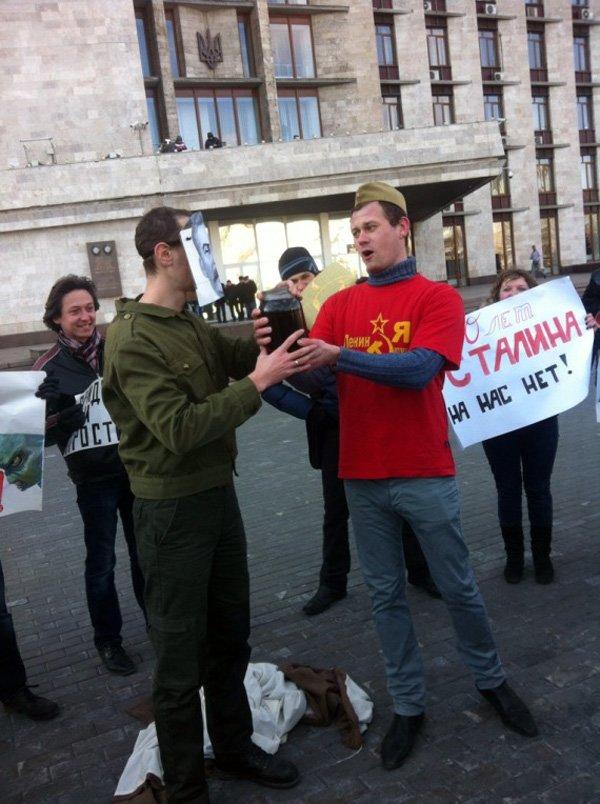 По случаю годовщины смерти Сталина, активист из Горловки показал его фотографии неприличный жест, фото-1