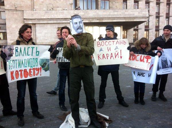 По случаю годовщины смерти Сталина, активист из Горловки показал его фотографии неприличный жест, фото-3