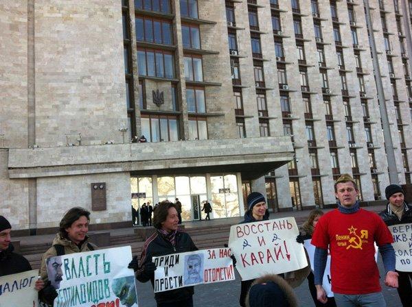 По случаю годовщины смерти Сталина, активист из Горловки показал его фотографии неприличный жест, фото-5