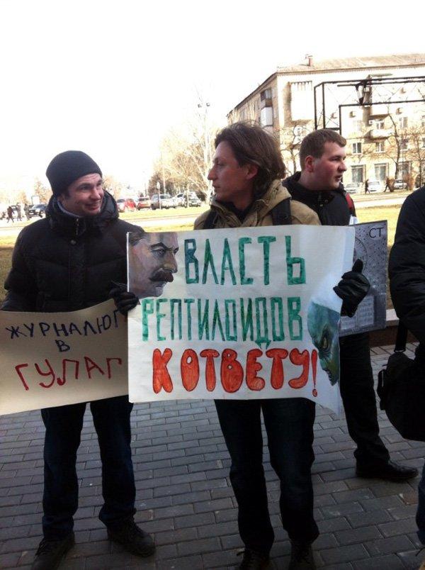 По случаю годовщины смерти Сталина, активист из Горловки показал его фотографии неприличный жест, фото-4