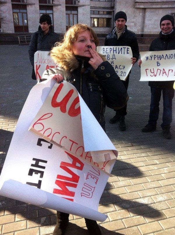 По случаю годовщины смерти Сталина, активист из Горловки показал его фотографии неприличный жест, фото-2