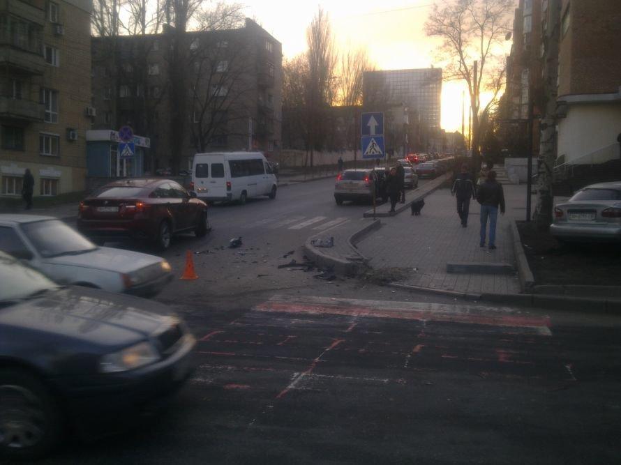 В центре Донецка водитель БМВ Х6 не захотела уступить дорогу «Ланосу», фото-1