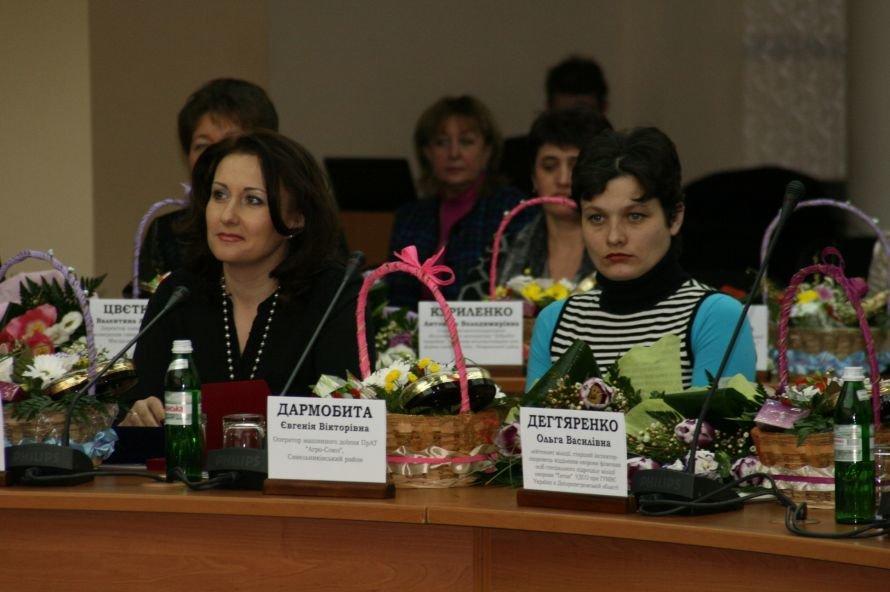 Удод и Колесников по очереди целовали выдающихся женщин Днепропетровщины (Фоторепортаж), фото-1