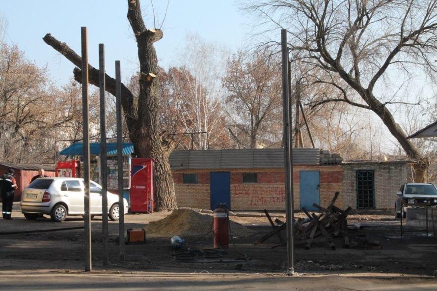 В Артемовске неизвестные начали реконструкцию остановки, фото-2