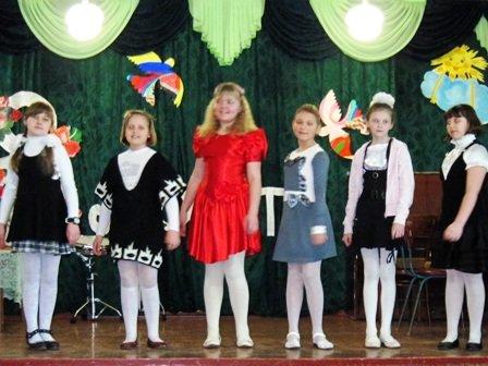 Для мам и бабушек воспитанники горловского филиала школы искусств устроили концерт, фото-6