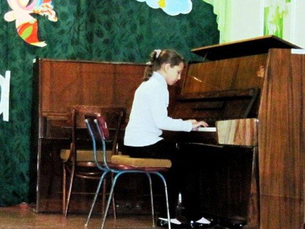 Для мам и бабушек воспитанники горловского филиала школы искусств устроили концерт, фото-1