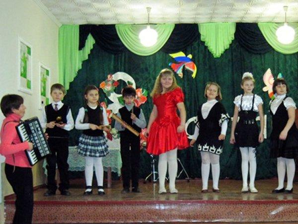 Для мам и бабушек воспитанники горловского филиала школы искусств устроили концерт, фото-2