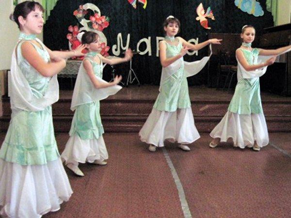 Для мам и бабушек воспитанники горловского филиала школы искусств устроили концерт, фото-3