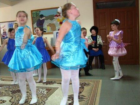 Творческие коллективы ДК «Кондратьевский» поздравили пожилых постоялиц Дома-интерната, фото-1