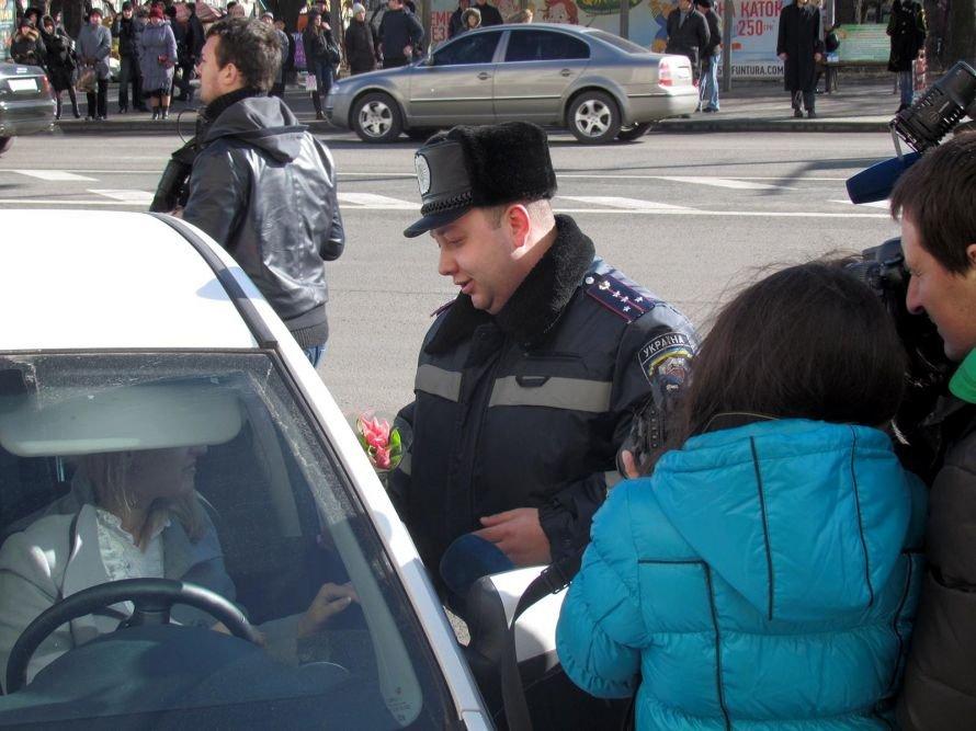 Сегодня улицы Донецка патрулируют гаишники с цветами (фото), фото-2