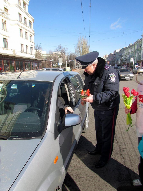 Сегодня улицы Донецка патрулируют гаишники с цветами (фото), фото-3