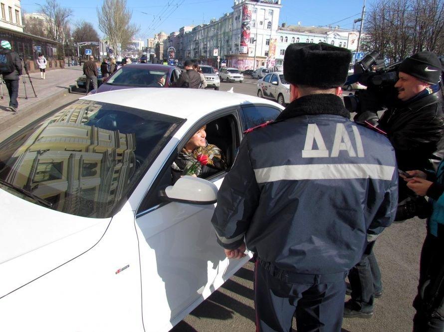 Сегодня улицы Донецка патрулируют гаишники с цветами (фото), фото-1
