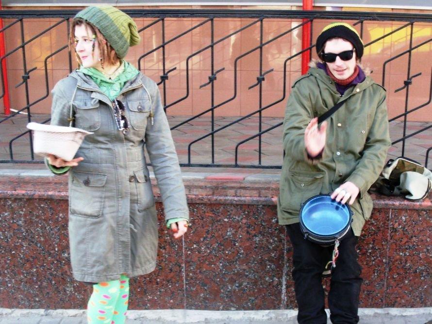 Сибиряк и кировоградка устроили выступление в центре города. (фото, видео), фото-1
