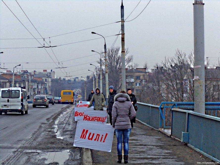 Молоді лучани вітали жінок із весною на мості, фото-1