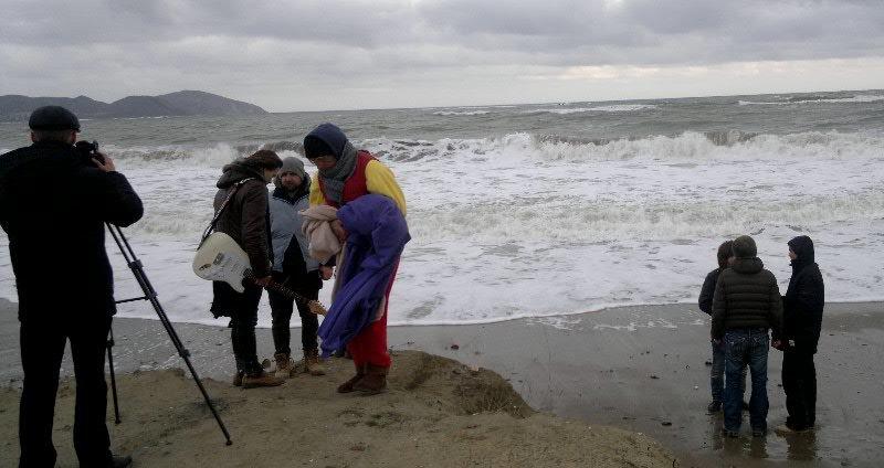 В Феодосии на съемках клипа участники дуэта EMOTION искупались в холодном море, фото-3