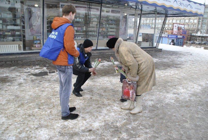 Липецкие единороссы поздравляют липчанок  с 8 марта, фото-1