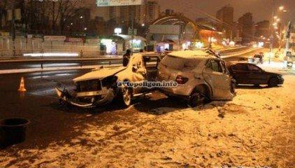 ДТП в Киеве: На Караваевых Дачах Mercedes ML 350 разорвало о столб, по неподтвержденным данным за рулем был горловчанин (добавлены фото), фото-1