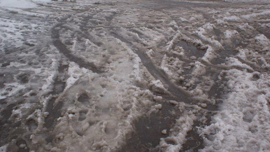 Из-за не прочищенных во время внутриквартальных дорог микрорайон 88 квартал превратился в труднопроходимое болото, фото-1