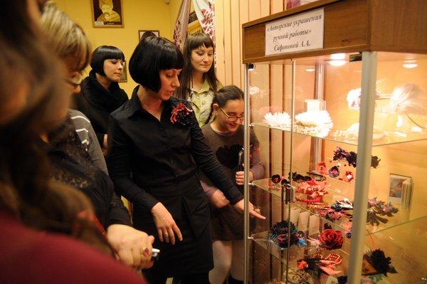 В горловском музее миниатюрной книги открылась выставка аксессуаров, фото-5