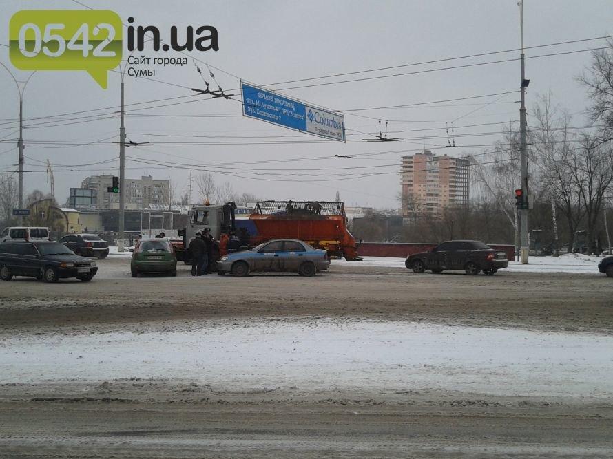 В Сумах снегоуборщики «Дорремстроя» чистят не только снег на дороге… а и машины, фото-1