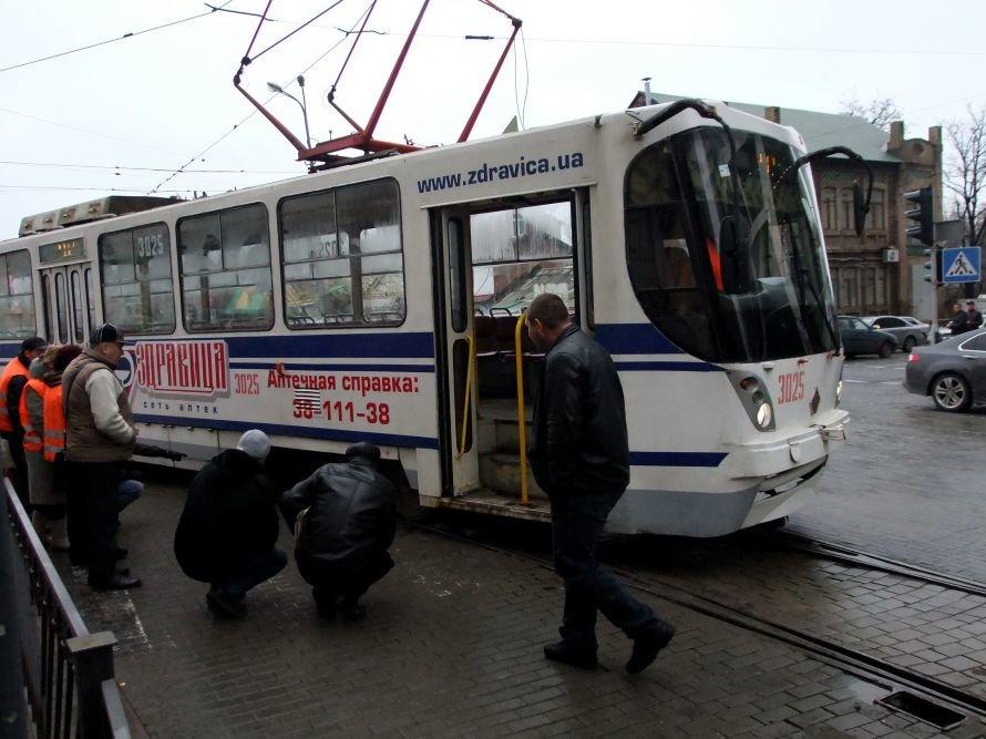 Как в центре Донецка трамвай поднимали (фото), фото-2