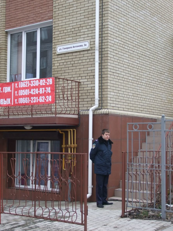 Новые  подробности захвата заложницы в центре Донецка  - переговоры с бандитом вел отец захваченной девушки, фото-1