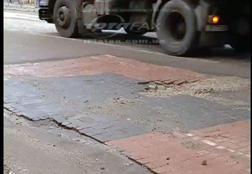 Луганские дороги: латки из кирпичей-чудовищ и ямы, по которым не хотят ездить таксисты (ФОТО, ВИДЕО), фото-1