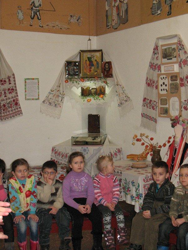 Музей истории Горловки предлагаем малышам достать горшок из печи и принести воды в коромысле, фото-1
