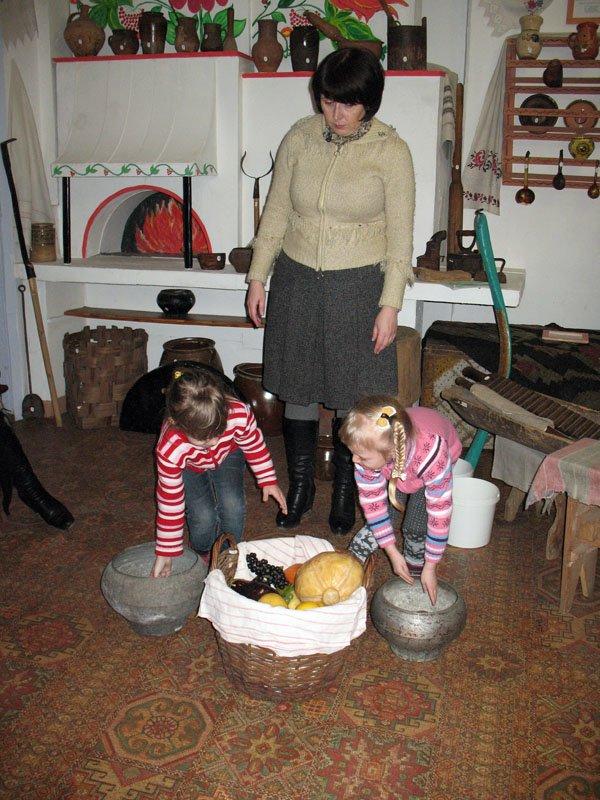 Музей истории Горловки предлагаем малышам достать горшок из печи и принести воды в коромысле, фото-5