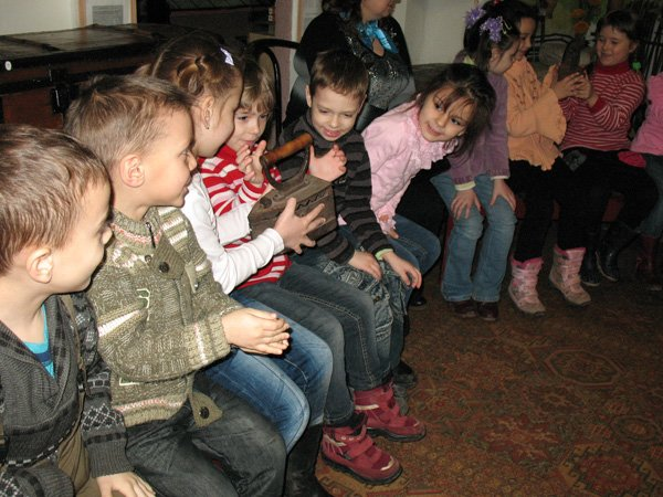 Музей истории Горловки предлагаем малышам достать горшок из печи и принести воды в коромысле, фото-3
