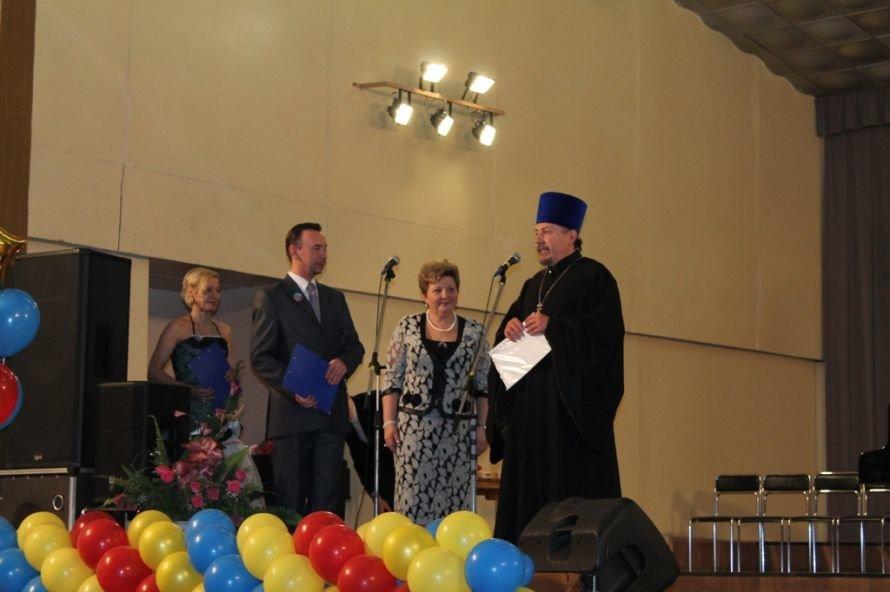 В Артемовске пышно отметили юбилей Школы искусств и вручили юбилярам путевки на отдых в Греции, фото-3