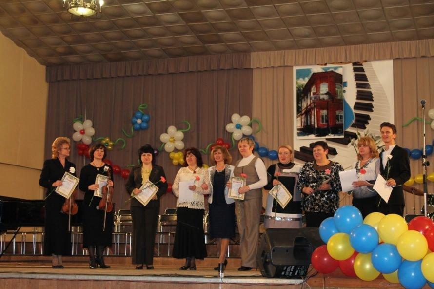 В Артемовске пышно отметили юбилей Школы искусств и вручили юбилярам путевки на отдых в Греции, фото-2
