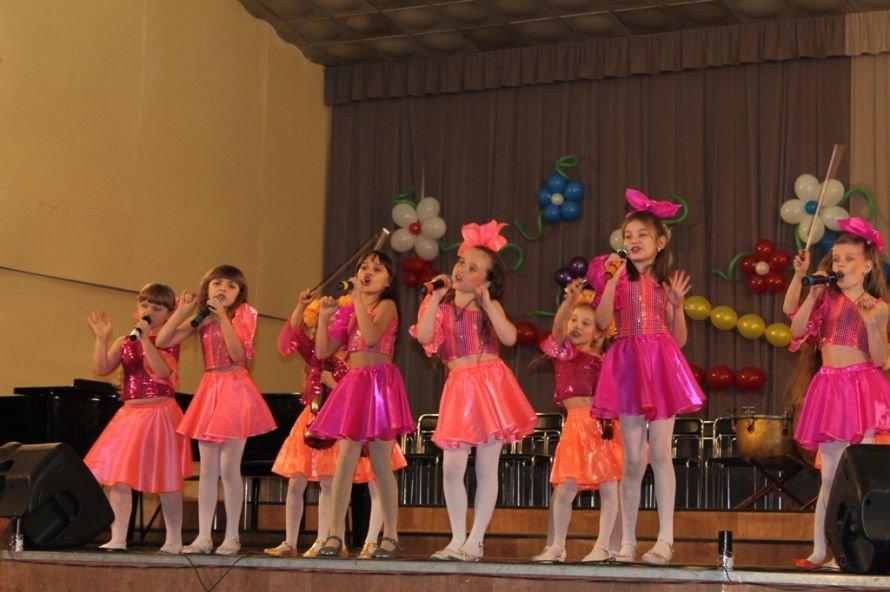 В Артемовске пышно отметили юбилей Школы искусств и вручили юбилярам путевки на отдых в Греции, фото-12